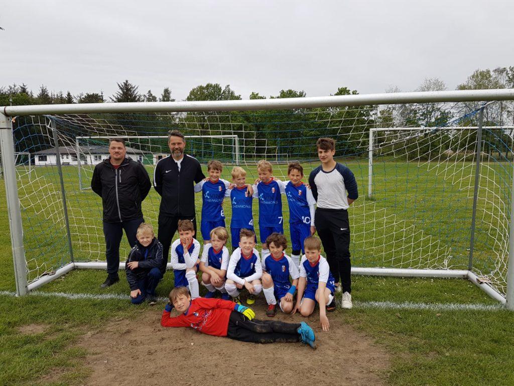 Eine Kinder-Fußballmannschaft und ihre Trainer